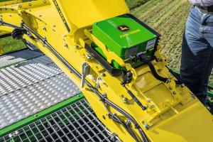 Wykorzystujący promienie podczerwone Czujnik Harvest Lab opracowany wspólnie z firmą Carl Zeiss umożliwia automatyczną regulację długości cięcia materiału, biorąc pod uwagę stopień dojrzałości kukurydzy