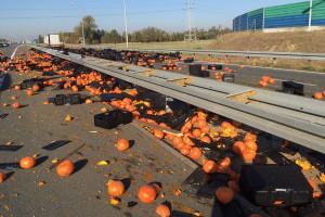 Na autostradzie A2 z ciężarówki wypadły dynie