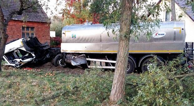 Samochód osobowy zderzył się z cysterną z mleczarni