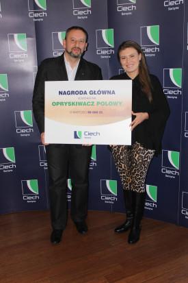Nagrodę główną pani Anna otrzymała z rąk Michała Banacha, regionalnego kierownika sprzedaży w firmie CIECH Sarzyna