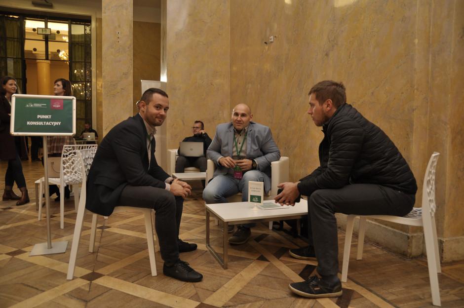 Ogromnym zainteresowaniem cieszył się punk konsultacyjny prowadzony przez dr Gołębiewskiego, gdzie można było porozmawiać na temat budownictwa inwentarskiego dla bydła, fot. A. Królak