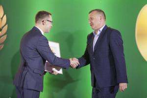 Jarosław Iwaniuk – technolog rozwoju produktu ZUBR, Dyrektor Handlowy, AGROLOK odbiera nagrodę za produkt Protina Fat 34-19 białkowo-energetyczny komponent paszowy