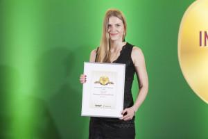 Maria Chudy, manager ds. marketingu firmy Agrii odbiera nagrodę za odmianę pszenicy ozimej Moschus