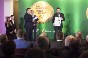 Karol Zgierski, Specjalista produktowy, John Deere Polska odbiera nagrodę internautów dla ciągnika John Deere serii 5R