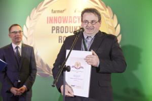 Nagrodę internautów za agregat uprawowo-siewny Tygryso dbiera właściciel firmy SMELA Maszyny rolnicze, Krzysztof Smela