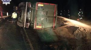 Przewrócona ciężarówka ze zbożem