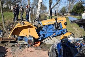 Traktor rozpadł się po zderzeniu z autem