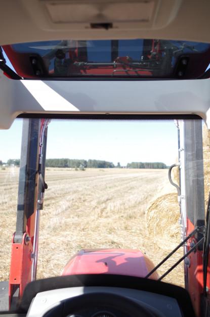 Traktor świetnie współpracował z ładowaczem czołowym Tur 4F, w czym pomagały m.in.: wysoka przednia szyba czy przeszklony dach. Jednak do innych prac przydałyby się przeciwsłoneczne rolety