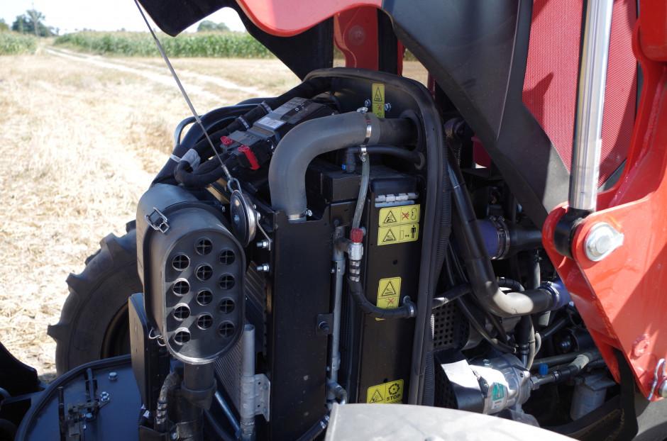 """Dobry jest dostęp do podstawowych elementów codziennej obsługi, a dzięki niewielkim gabarytom silnika i brakowi filtra DPF kształt maski jest dosyć mocno """"ścięty"""", co wpływa na dobrą widoczność"""