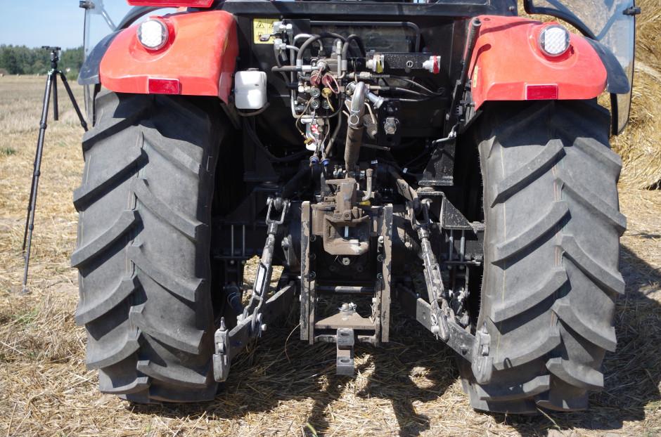 Tylny TUZ dysponuje udźwigiem na poziomie 2650 kg. Testowany traktor zostały wyposażony w 3 pary wyjść hydraulicznych (w standardzie są dwie) oraz opcjonalny zaczep automatyczny z drabinkową regulacją umiejscowienia
