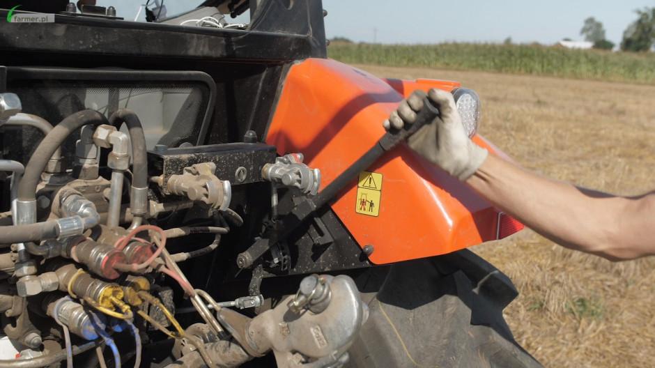 Dźwignia regulacji pozycji ramion podnośnika to bardzo praktyczna rzecz podczas agregowania maszyn (wyposażenie standardowe)