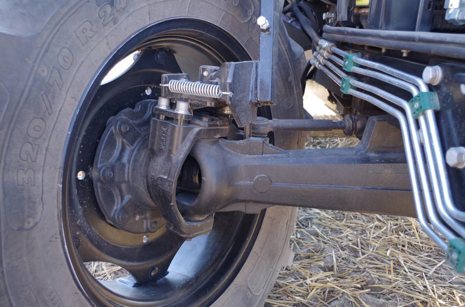Traktor ma duży kąt skrętu przednich, 24-calowych kół