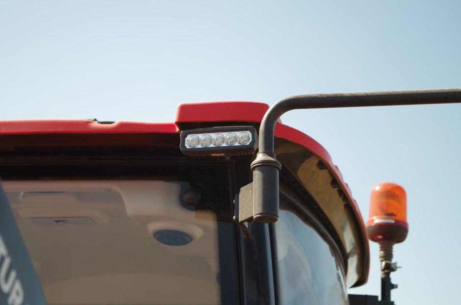 Całe oświetlenie robocze i tylne drogowe – to lampy w technologii LED. Efektywność ich działania jest na bardzo dobrym poziomie, a sterowanie intuicyjne