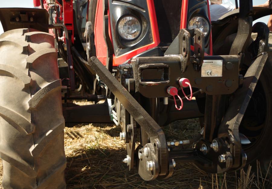 Przedni TUZ o udźwigu 2000 kg może być w razie potrzeby szybko zdemontowany. Wystarczy wyjęcie dwóch sworzni i odpięcie dwóch przewodów hydraulicznych
