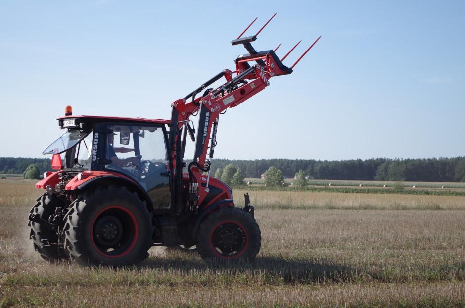 Traktor został dostarczony do nas z fabrycznym ładowaczem czołowym Tur 4F, o maksymalnym udźwigu 1300 kg