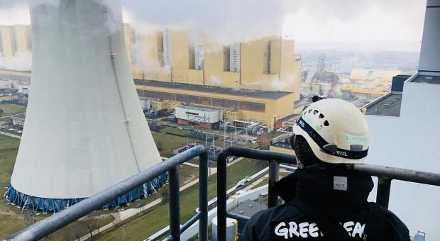 Aktywiści Greenpeace wspięli się na komin Elektrowni Bełchatów