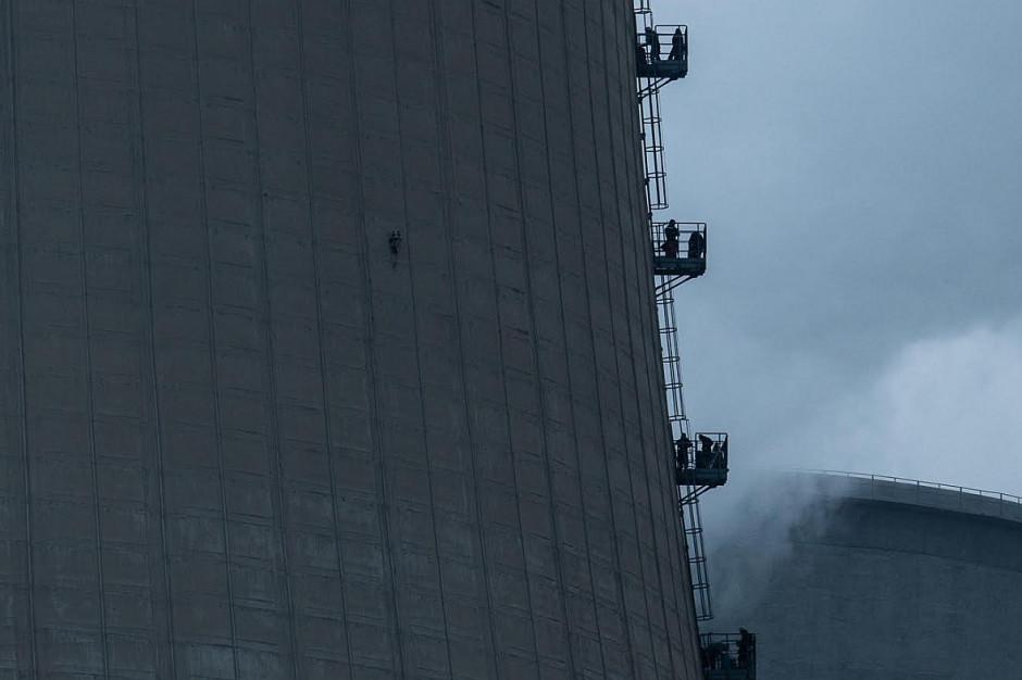 Międzynarodowa grupa wspinaczy weszła na 180-metrowy komin w bełchatowskiej elektrowni