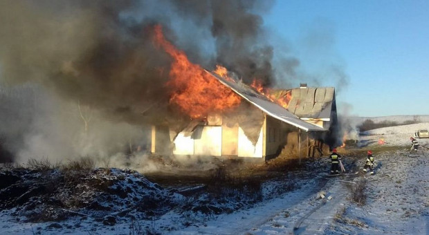 Strażacy piętnaście godzin walczyli z pożarem gospodarstwa
