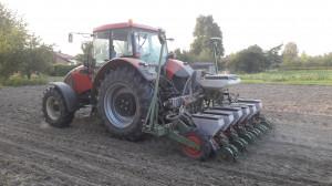 Rolnik sam konstruuje maszyny do uprawy uproszczonej. Na zdjęciu 6-rzędowy siewnik do siewu pasowego ze zmianą rozstawu od 40 do 85 cm