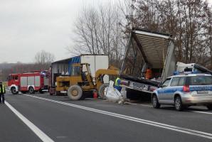 Ładunek tira trzeba było przeładować na inną ciężarówkę
