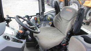 Kabina ciągnika jest większa i bardziej komfortowa. Niestety, duże gabaryty i wysokość to zwłaszcza w przypadku pracy w pomieszczeniach czynnik ograniczający zastosowanie ciągnika
