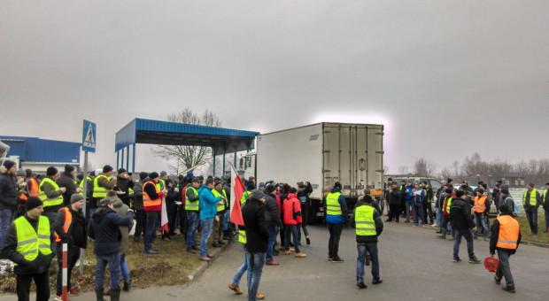 Kolejny protest, rolnicy blokują zakład rozbioru mięsa w woj. łódzkim [Zdjęcia]