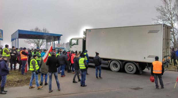 Rolnicy kończą protest. Zakład zgodził się na ich obecność przy rozładunku zablokowanego tira