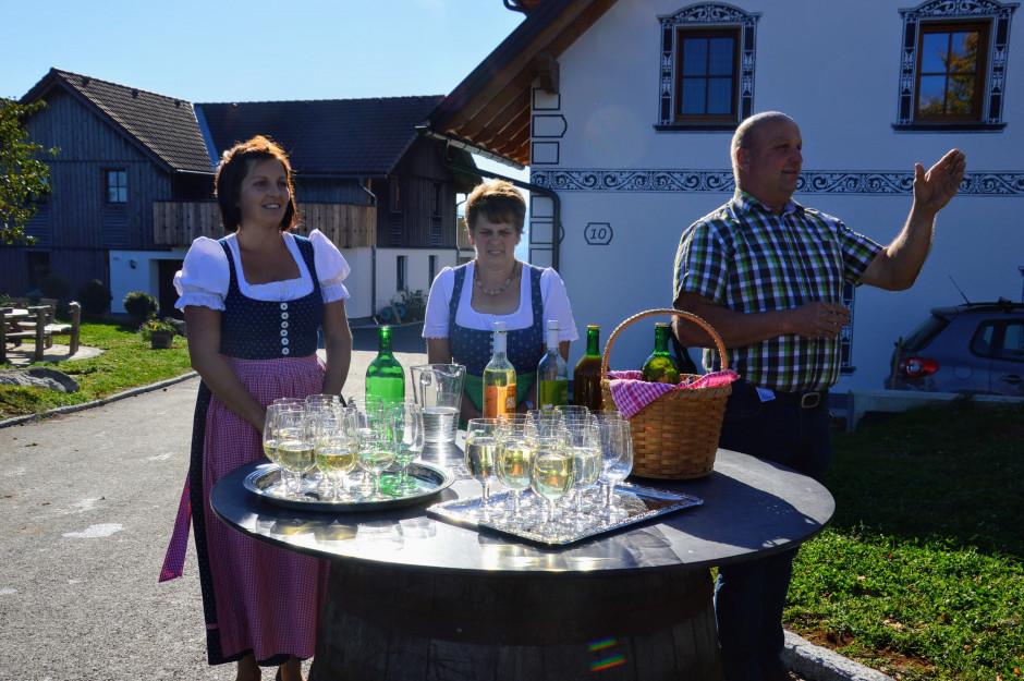 Od lewej : Angelika, Rosina i Gottfried Wagnerowie podczas powitania i poczęstunku gości produktami ekologicznymi pochodzącymi z własnej farmy