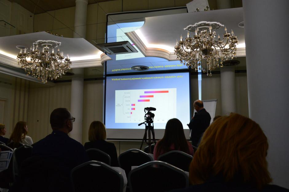 Profesor Jacek Długosz z Uniwersytetu Technologiczno - Przyrodniczego w Bydgoszczy podczas wykładu o kompleksie sorpcyjnym gleby fot. Hanna Jarosławska