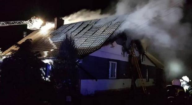 Rodzinie z pięciorgiem dzieci spłonął dom