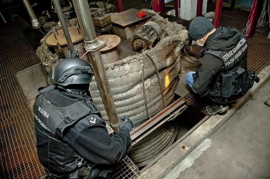 Przestępcy mieszali wytworzony nielegalnie produkt ropopochodny z legalnie kupowanym paliwem, a mieszankę sprzedawali