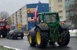 Rolnicy ciągnikami pojechali do Piły, by przekazać swoje postulaty staroście