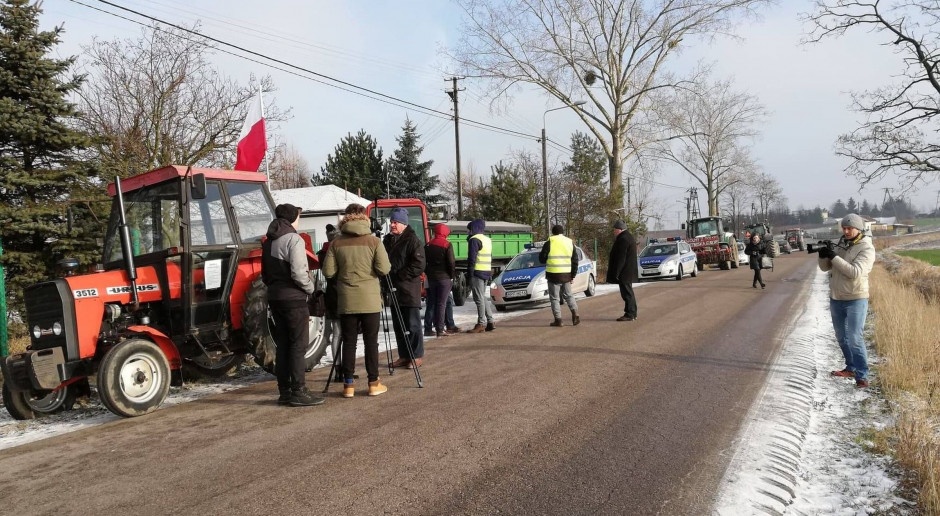 Rolnicy blokują drogi w różnych regionach kraju