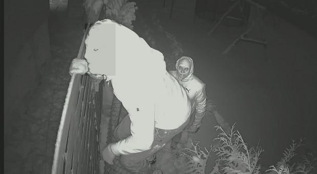 Policja szuka podpalaczy nagranych przez kamery monitoringu