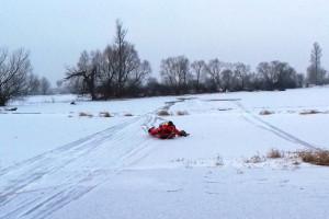 Dwie sarny uwięzione na lodzie ratowało 20 strażaków