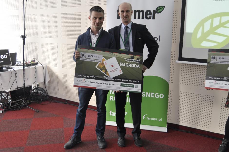 Mariusz Michalski, dyrektor regionalny regionu Wschód, Innvigo Sp. z o.o. (po prawej) podczas wręczania nagrody