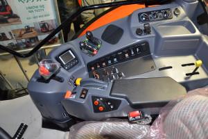 Funkcjonalny podłokietnik ułatwia obsługę ciągnika