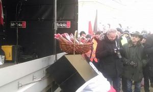 Protestujący przygotowali prezent dla prezydenta Andrzeja Dudy - kosz z wędlinami, wyprodukowanymi w małym rodzinnym zakładzie, fot. I. Dyba