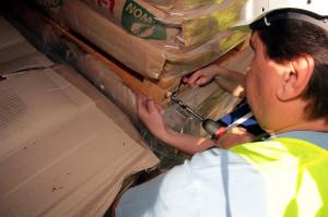 Inspektorzy PIORiN pobrali próby ze skrzyń, w które zapakowane były chłodziarki importowane z Chin