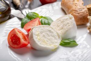 Włochy - raport: mozzarella wybielana sodą i inne oszustwa