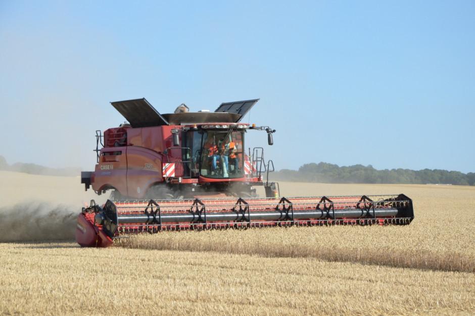 Kombajny mogą pracować z przyrządami żniwnymi do 14 m szerokości roboczej oraz z 12-rzędowymi przystawkami do zbioru kukurydzy