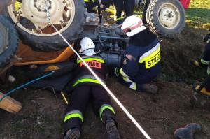 Strażacy musieli zrobić podkop, by bezpiecznie uwolnić rolnika