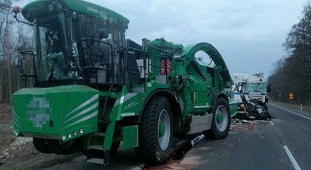 Zderzenie ciężarówki z rębakiem