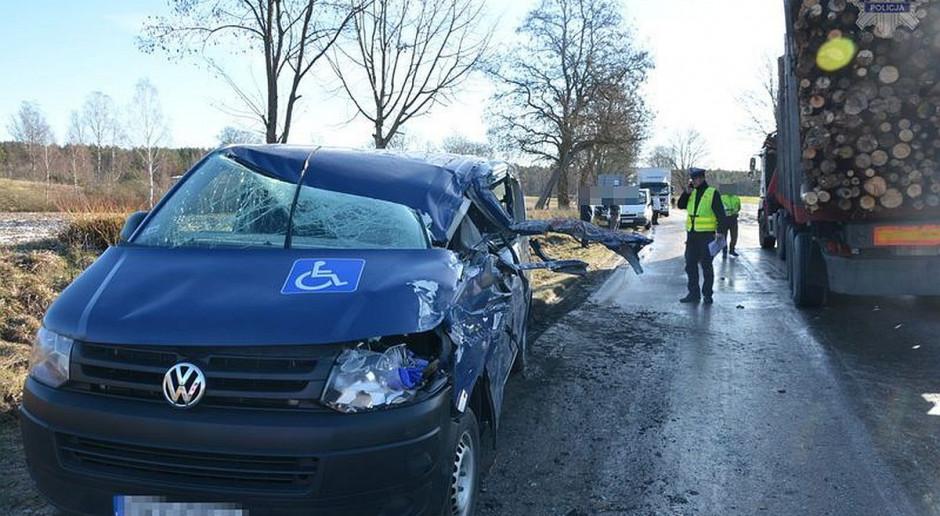 Cztery osoby ranne po zderzeniu busa z transportem drewna