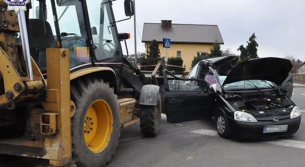 Auto wpadło na linę holowniczą między ciągnikiem a koparką