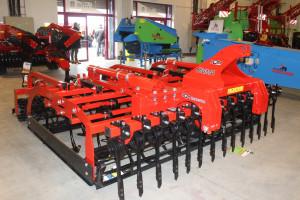 Ciężki agregat uprawowy o szerokości 3 m pokazany w Kielcach stanowi początek tej serii maszyn w ofercie POM Brodnica, fot. KW