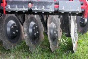 Talerze o średnicy 560 mm zostały zamontowane na bezobsługowych piastach. Każdy talerz jest mocowany do belki solidnym, 6-śrubowym uchwytem z elastomerami