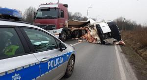 Tir z wieprzowiną wywrócił się przy autostradzie A4