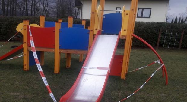 Dwulatek poparzony kwasem na wiejskim placu zabaw. Policja szuka świadków