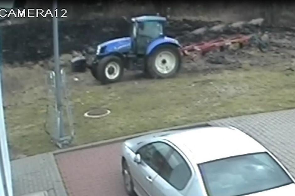 Policja szuka traktorzysty, który samowolnie zaorał cudzą działkę i zniszczył znaki graniczne